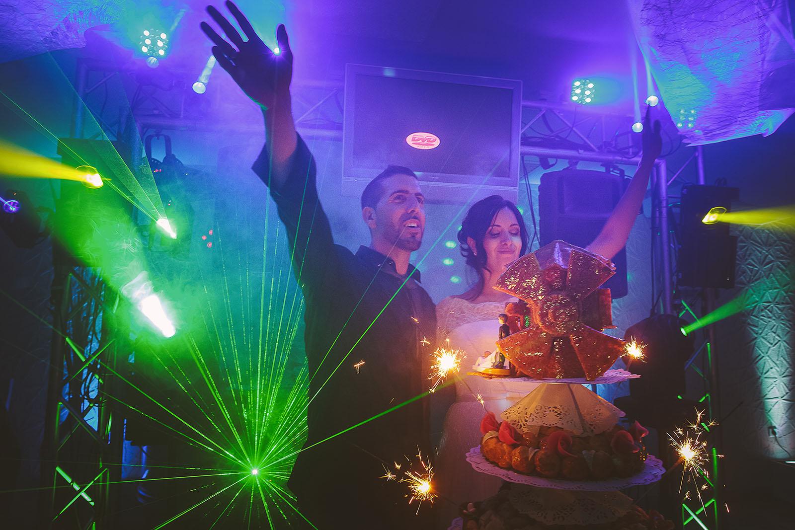 Mariage Villa Quélude David Pommier photographe de mariage. Les mariés et le gâteau.
