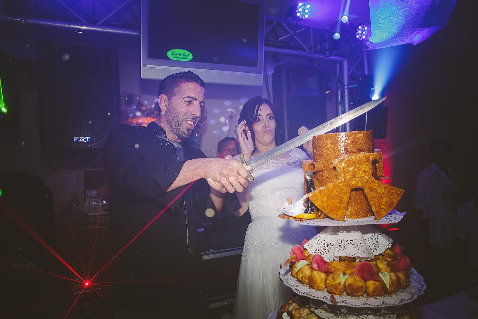 Mariage Villa Quélude David Pommier photographe de mariage. Les mariés découpent le gâteau.