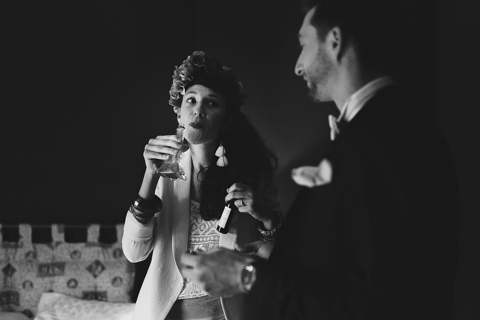 Photographe de mariage à Clermont Ferrand La mariée boit de l'alcool avant la cérémonie