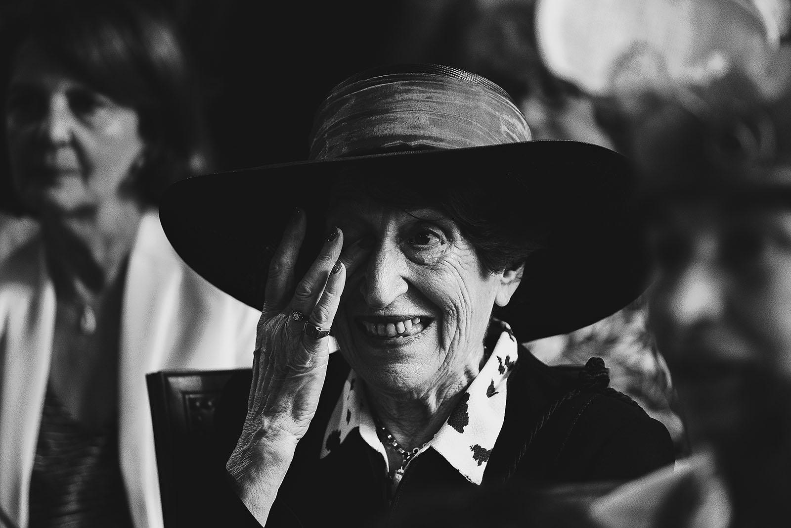 Photographe de mariage à Clermont Ferrand La grand mère émue qui pleure
