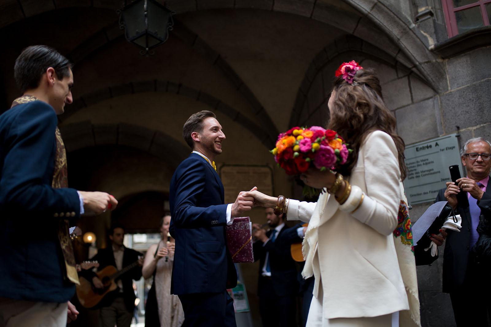 Photographe de mariage à Clermont Ferrand Les mariés dansent à la sortie de la cérémonie