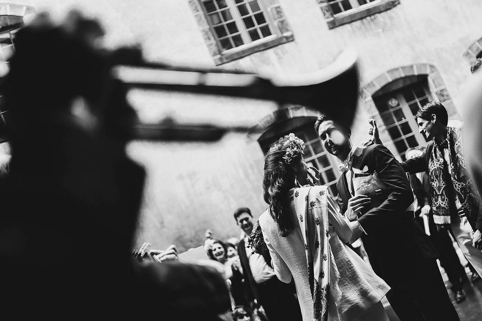 Photographe de mariage à Clermont Ferrand Musique à la sortie de la mairie