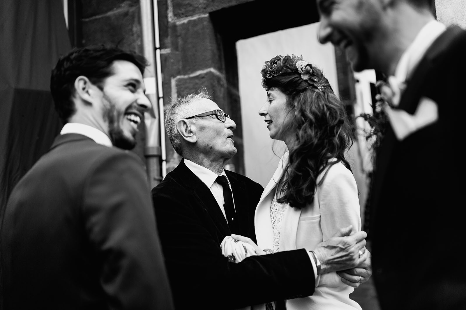Photographe de mariage à Clermont Ferrand Embrassade