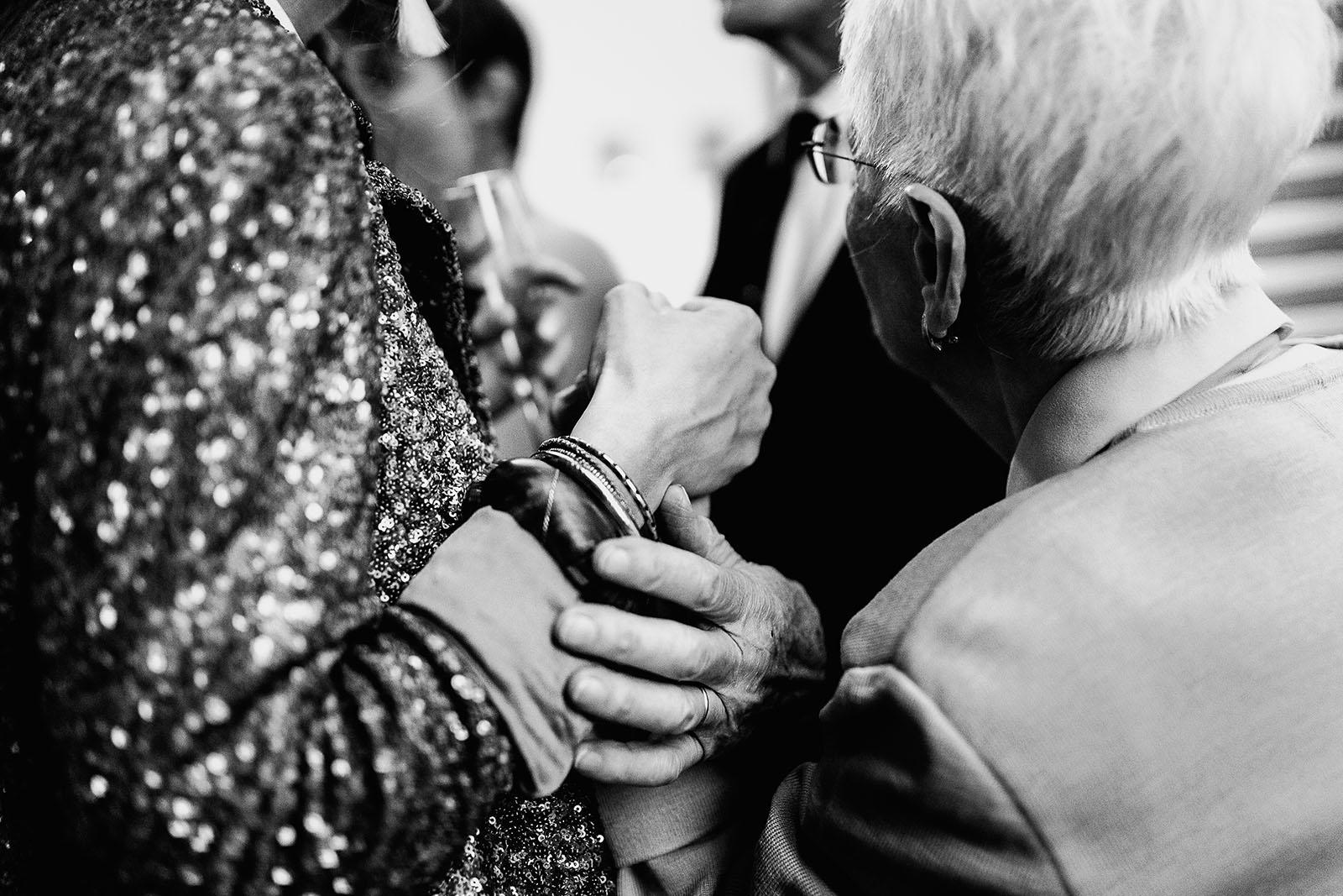 Photographe de mariage à Clermont Ferrand Les mains de la mariée et de ses grand parents