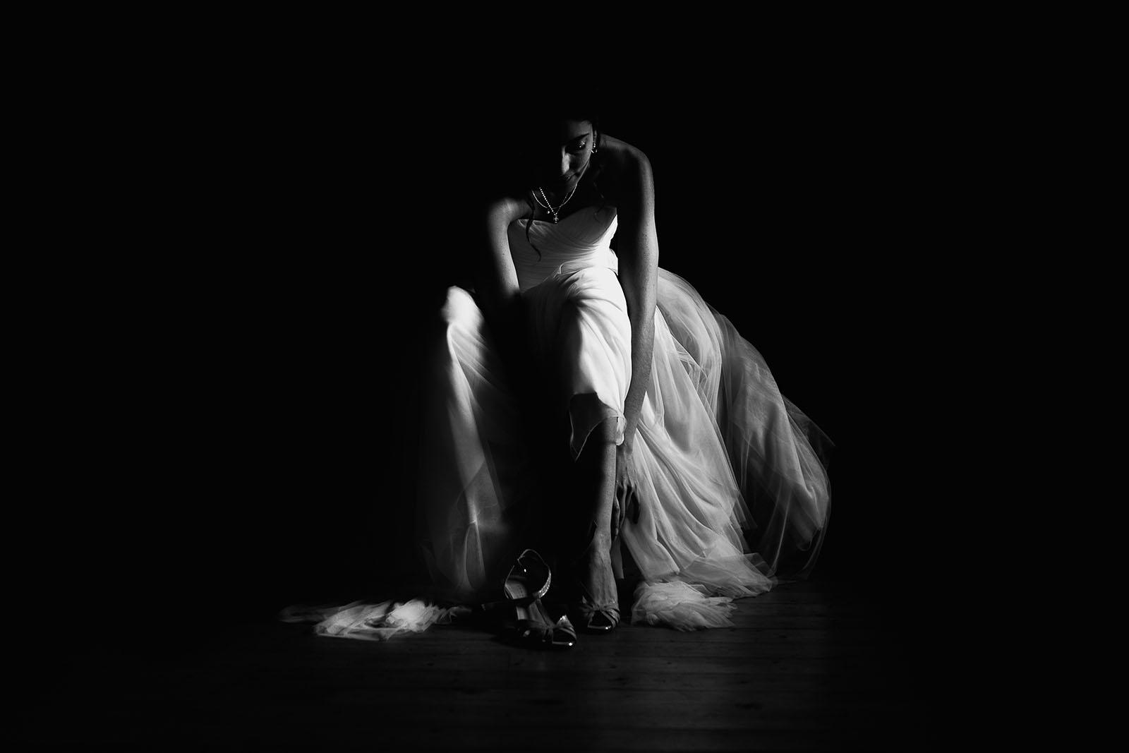 Mariage au Manoir de Corny en Normandie Préparatifs de la mariée qui met ses chaussures