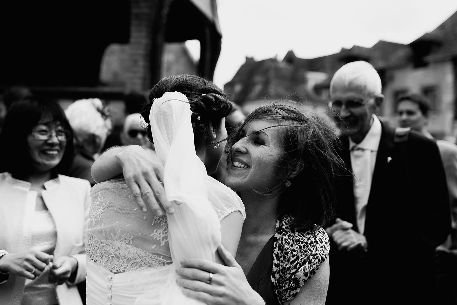 Mariage au Manoir de Corny en Normandie. Embrassade à la sortie de l'église