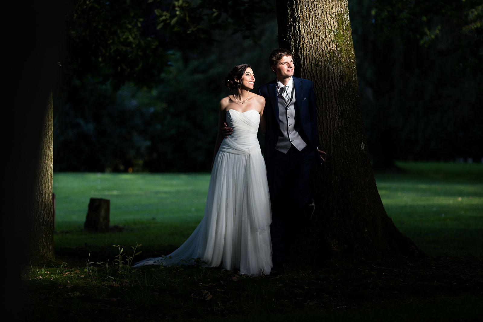 Mariage au Manoir de Corny en Normandie. Portrait des mariés dans les jardins avec une belle lumière