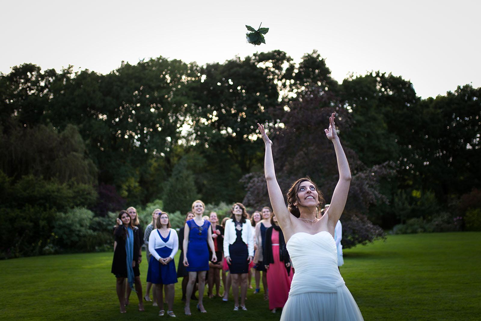 Mariage au Manoir de Corny en Normandie. Le lancer du bouquet de la mariée