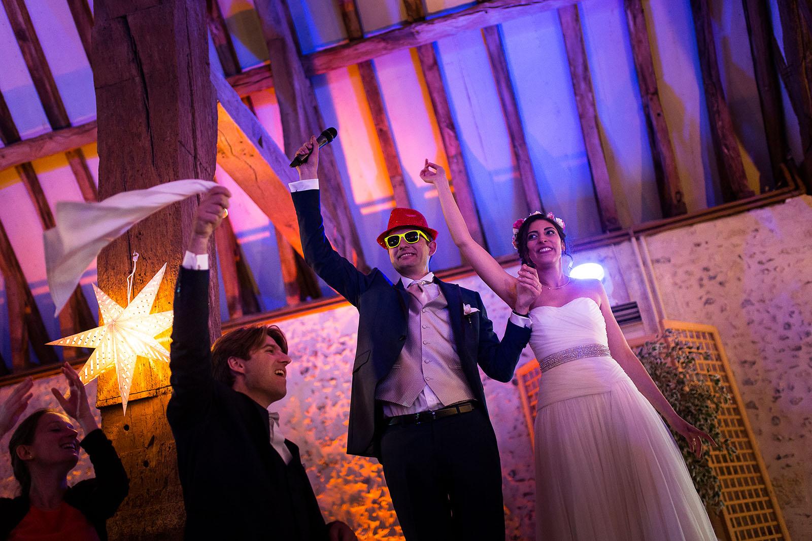 Mariage au Manoir de Corny en Normandie. Les mariés entrent dans la salle