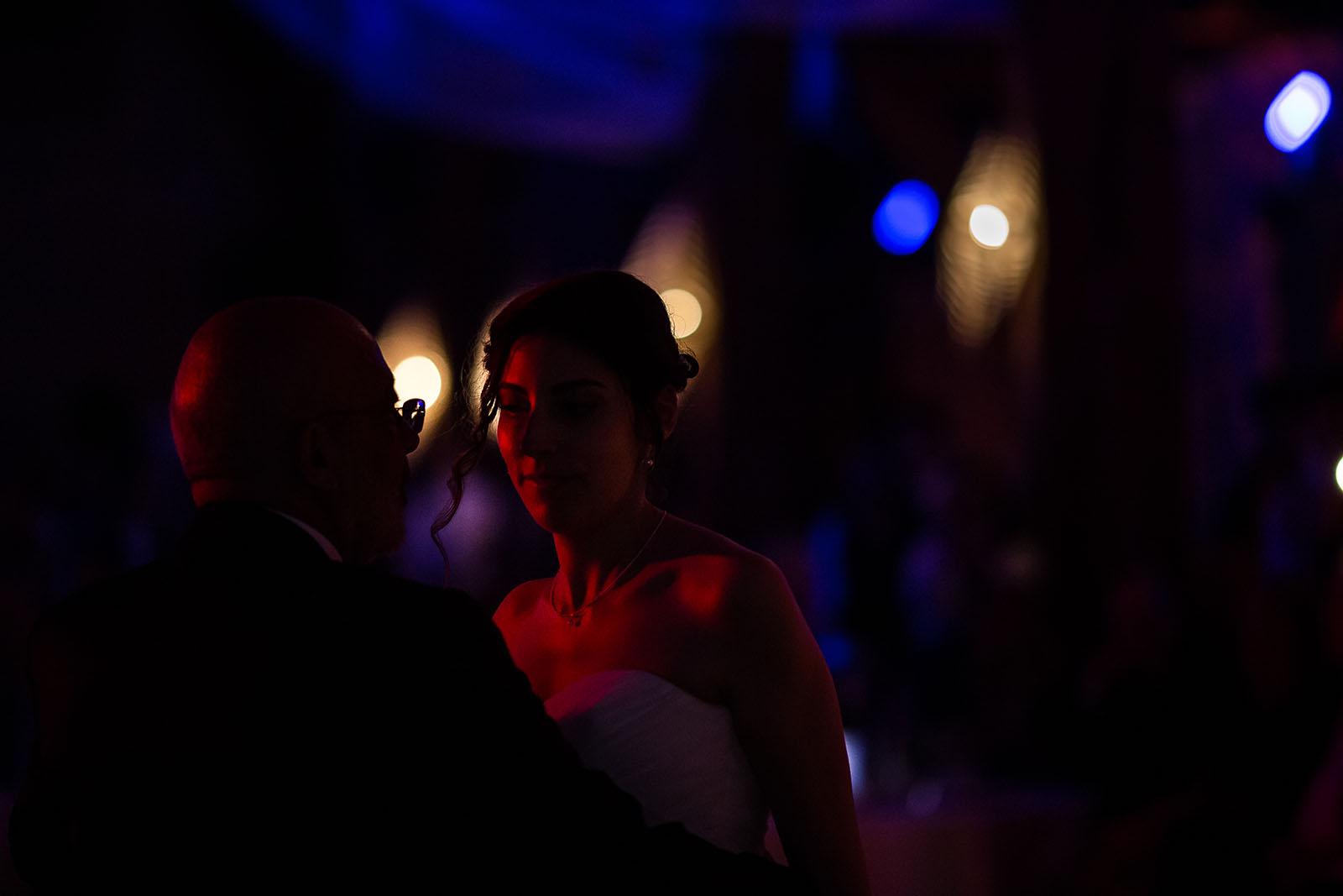 Mariage au Manoir de Corny en Normandie. Première danse de la mariée avec son papa