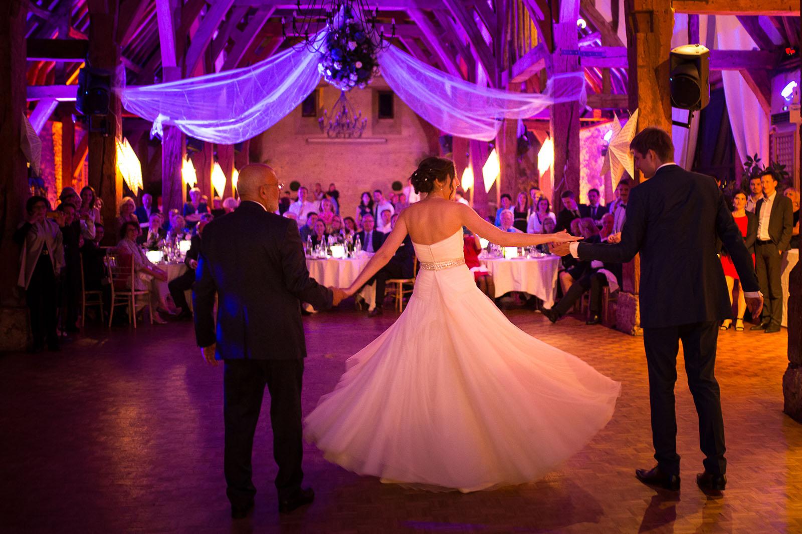 Mariage au Manoir de Corny en Normandie. Danse avec le papa de la mariée puis le marié