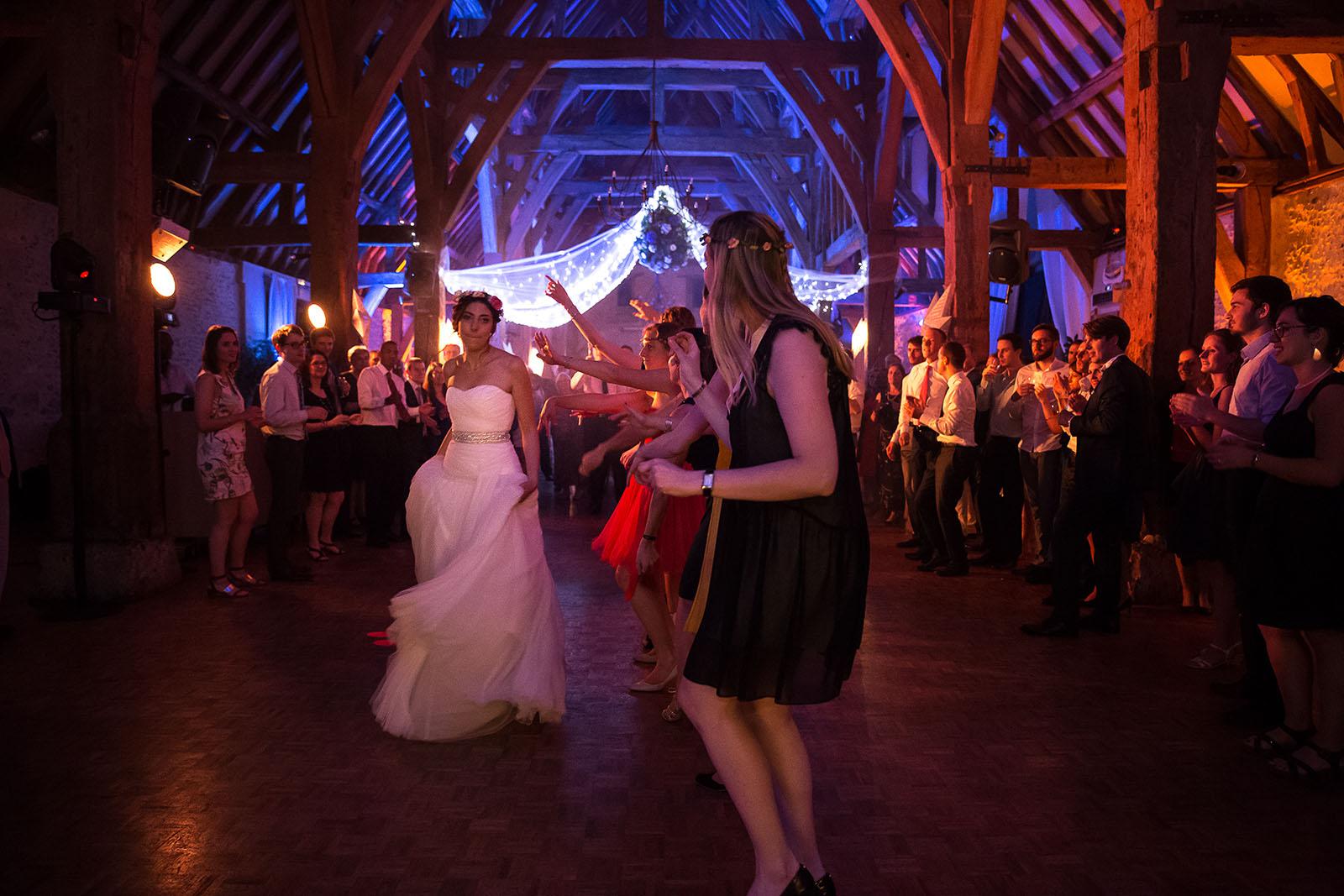 Mariage au Manoir de Corny en Normandie Danse de la mariée avec ses amies