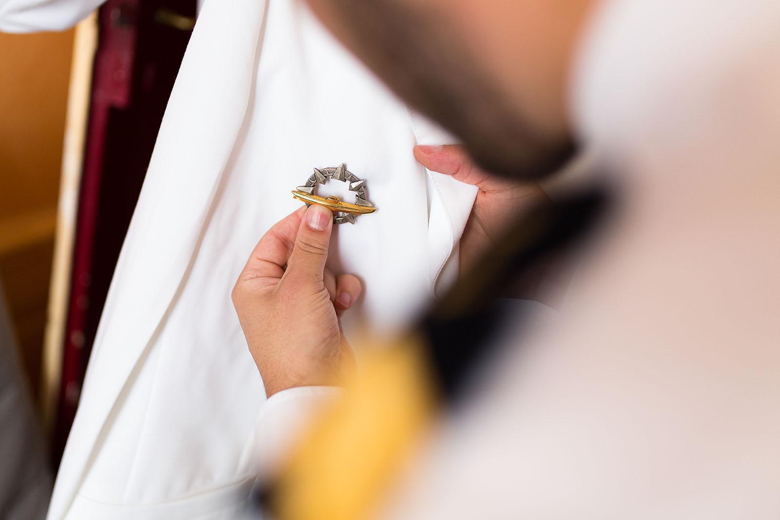 Photographe de mariage à Lyon. Costume marin du marié