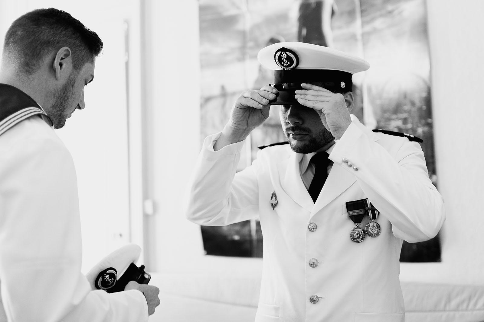 Photographe de mariage à Lyon. Préparatifs du marié. Chapeau marin
