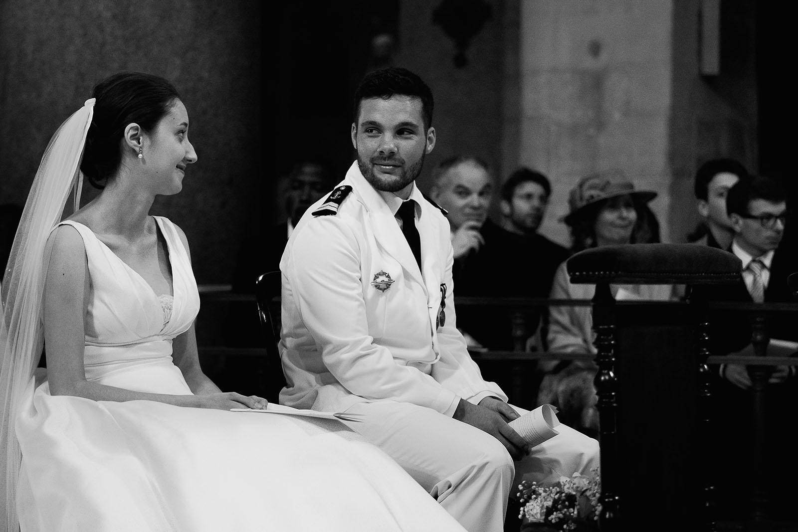 Photographe de mariage à Lyon. Les mariés échangent un regard