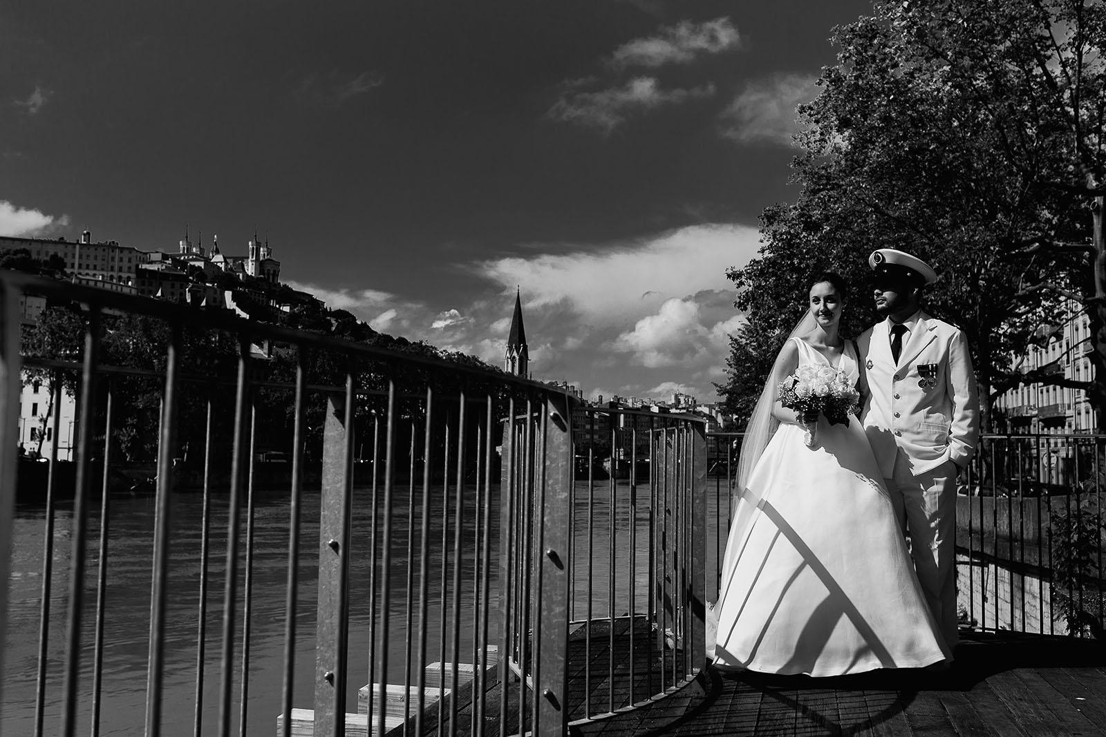 Photographe de mariage à Lyon. Photo de couple devant basilique de Fourvière