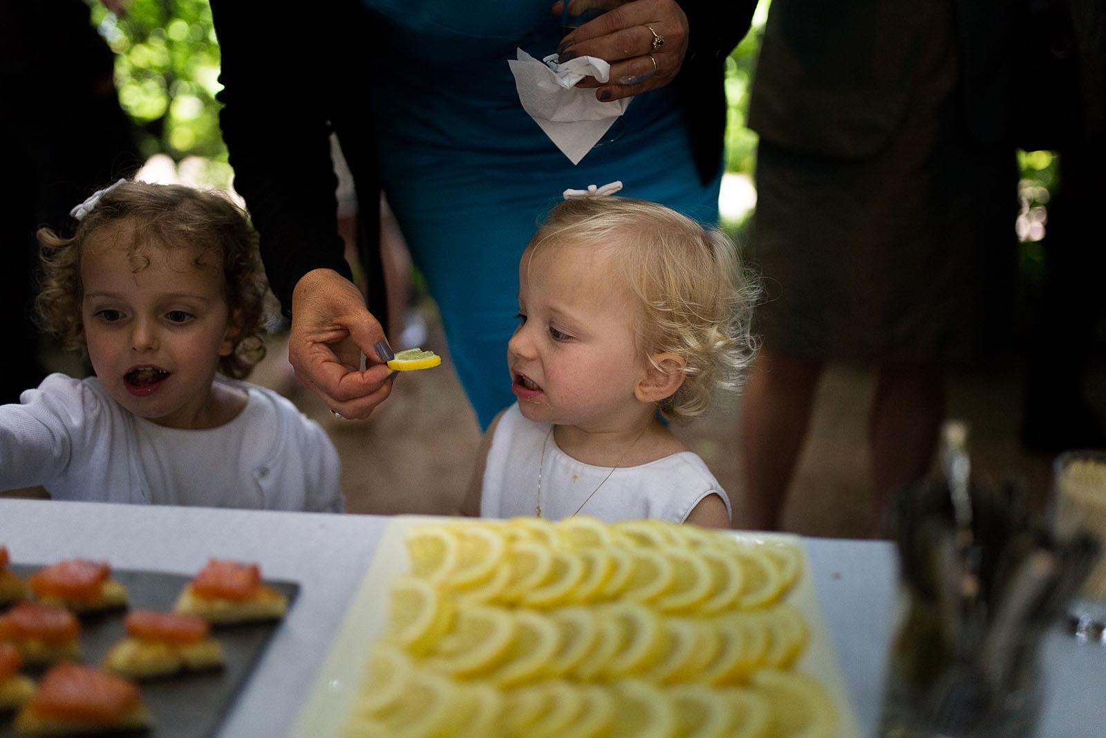 Photographe de mariage à Lyon. Enfant qui mange un citron, tête bizarre