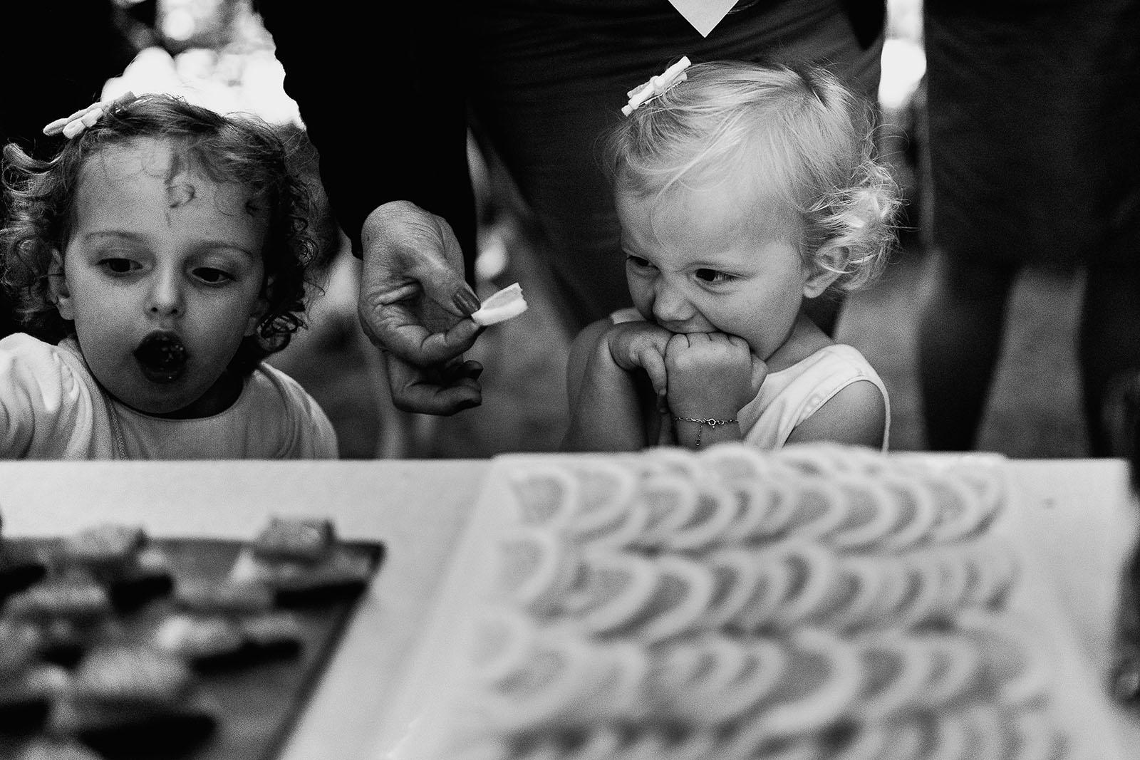 Photographe de mariage à Lyon. Enfant qui mange du citron