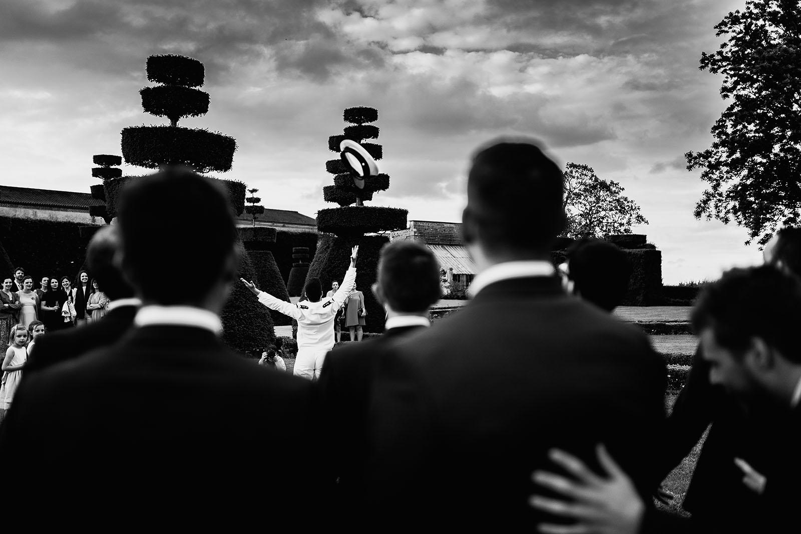 Photographe de mariage à Lyon. Lancer de chapeau marin par le marié au château de Pizay
