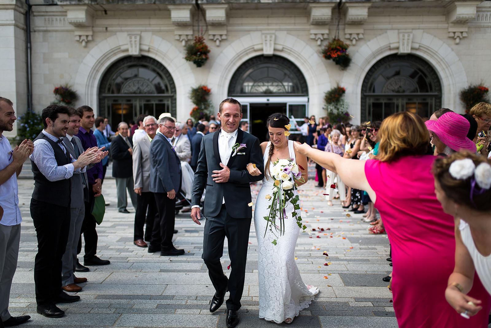 Mariage au château de Bisseret depuis saint Barthélémy jeter de petale sortie mairie montluçon