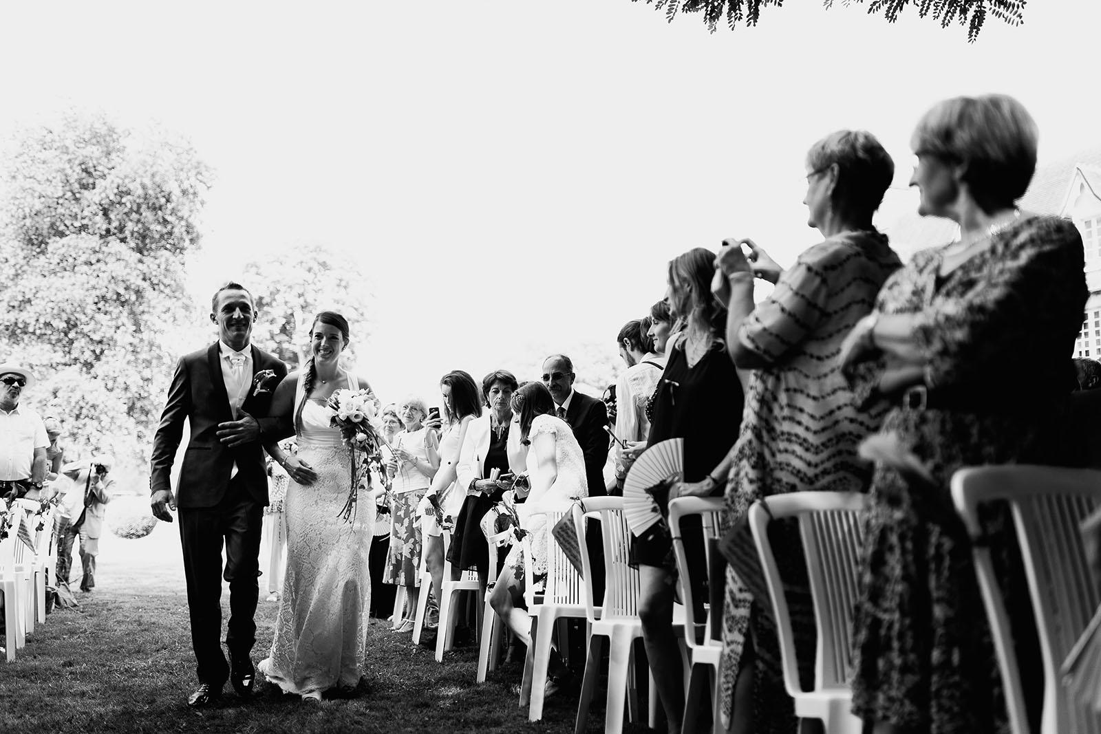 Mariage au château de Bisseret depuis saint Barthélémy arrivée des mariés cérémonie laique