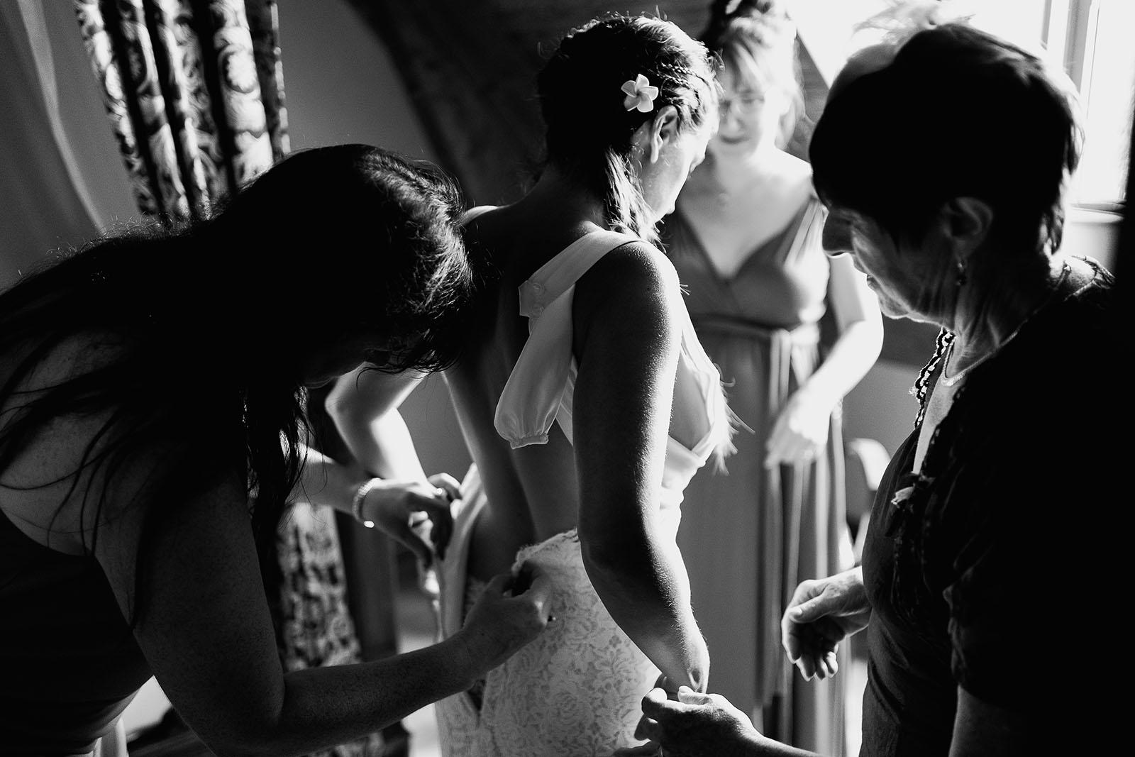 Mariage au château de Bisseret depuis saint Barthélémy la mariée met sa robe