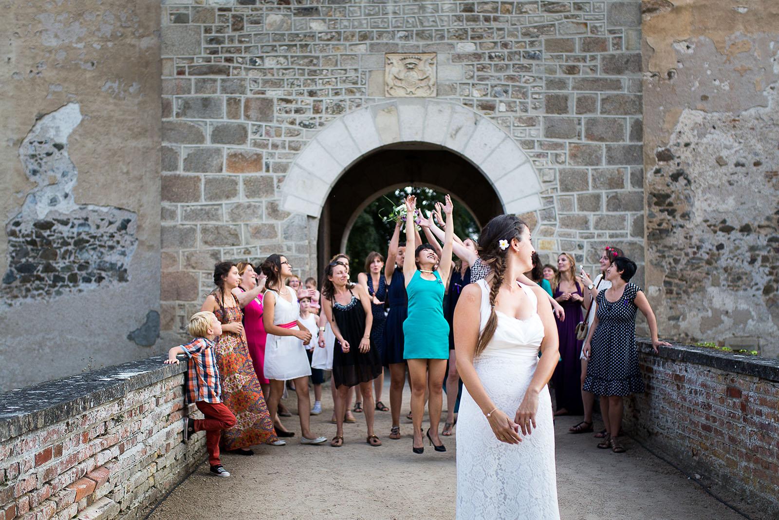 Mariage au château de Bisseret depuis saint Barthélémy lancée du bouquet