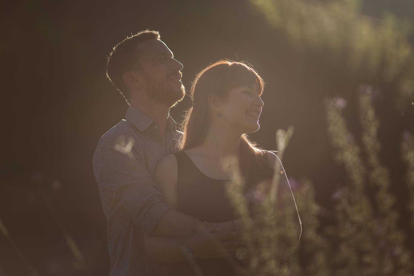 Photographe de mariage château le sallay nevers Love session ou séance d'engagement à Nevers avec une très belle lumière. Photo de couple à contre jour