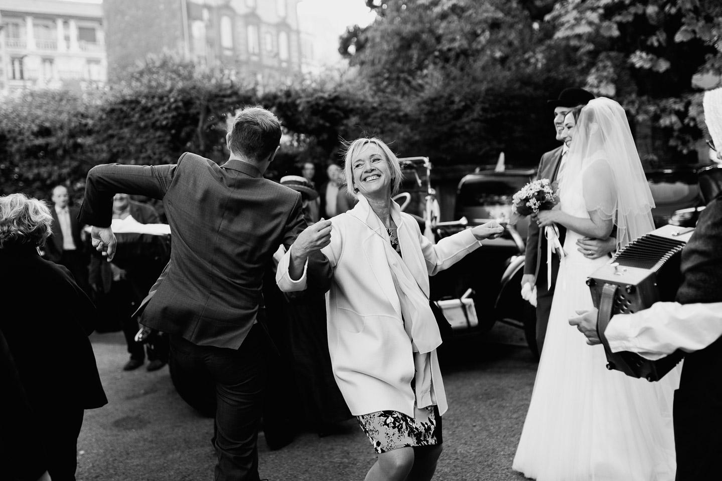 Hotel Royal Saint Mart Royat Clermont Ferrand Danses devant l'hôtel avant que les mariés entrent