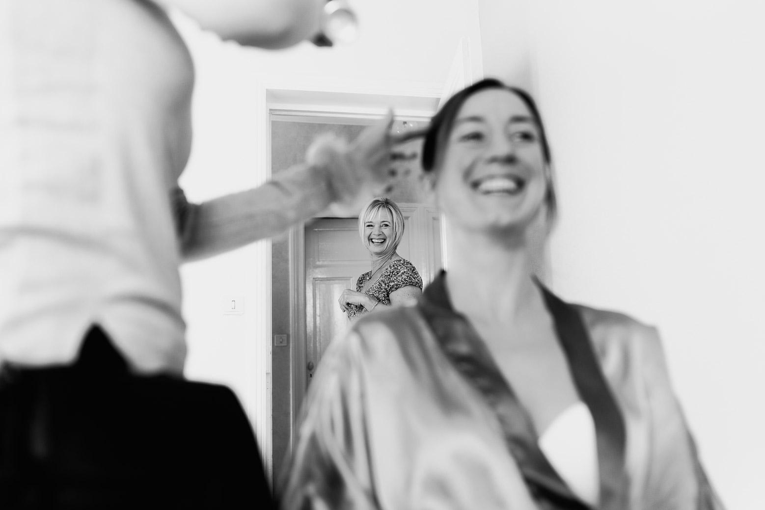Hotel Royal Saint Mart Royat Clermont Ferrand La maman de la mariée voit sa fille se faire coiffer