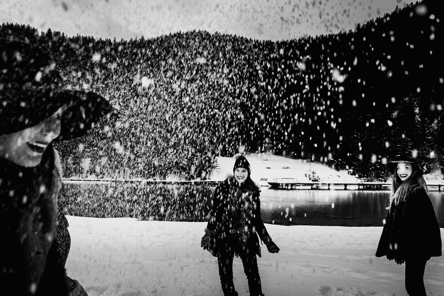 Un enterrement de vie de jeune fille à la montagne bataille de neige