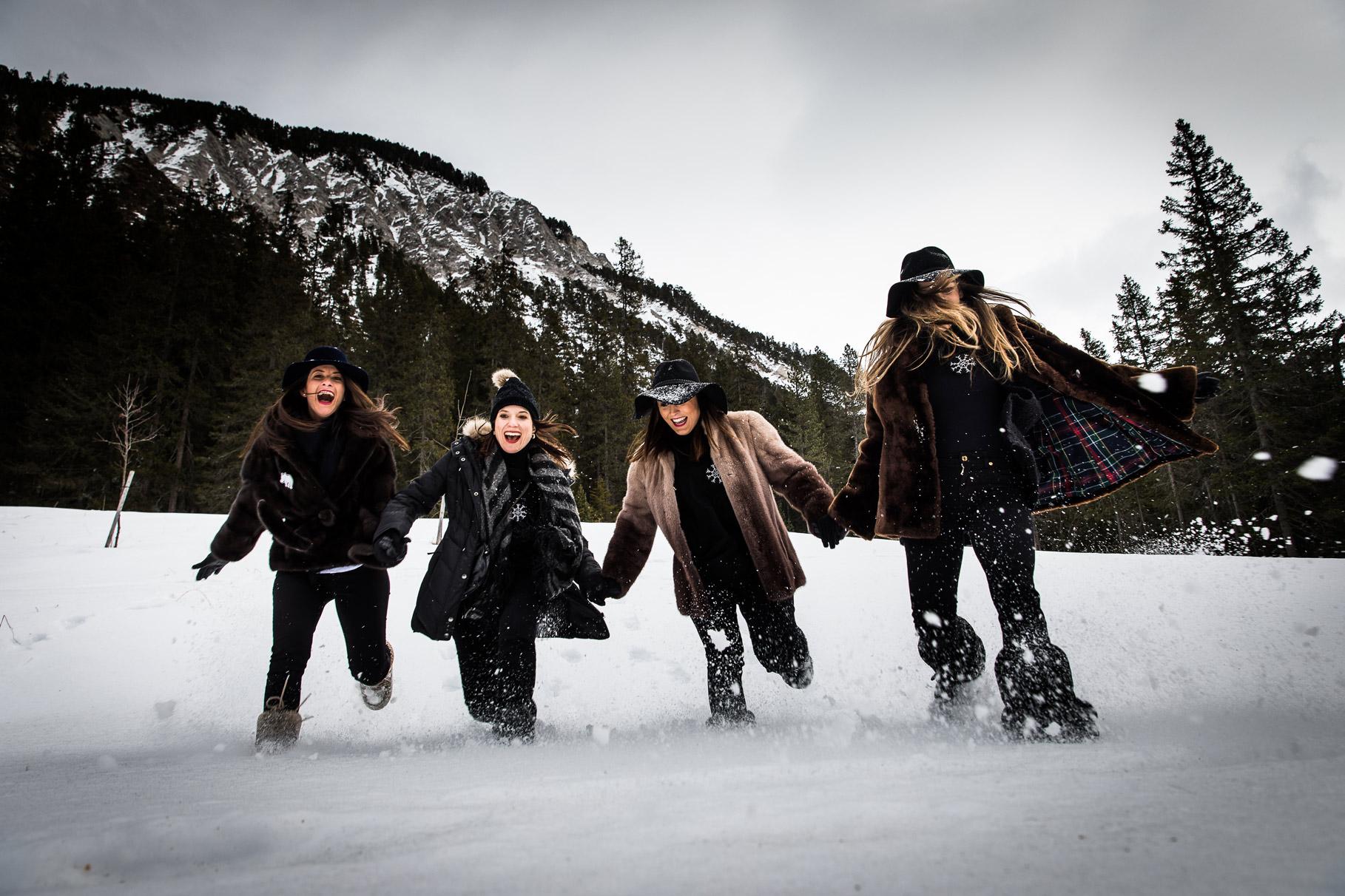 Un enterrement de vie de jeune fille à la montagne filles courent dans la neige à Courchevel