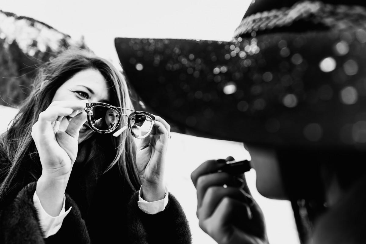 Meilleures photographies de mariage du photographe de mariage David Pommier. Courchevel. Un enterrement de vie de jeune fille à la montagne maquillage dans les lunettes