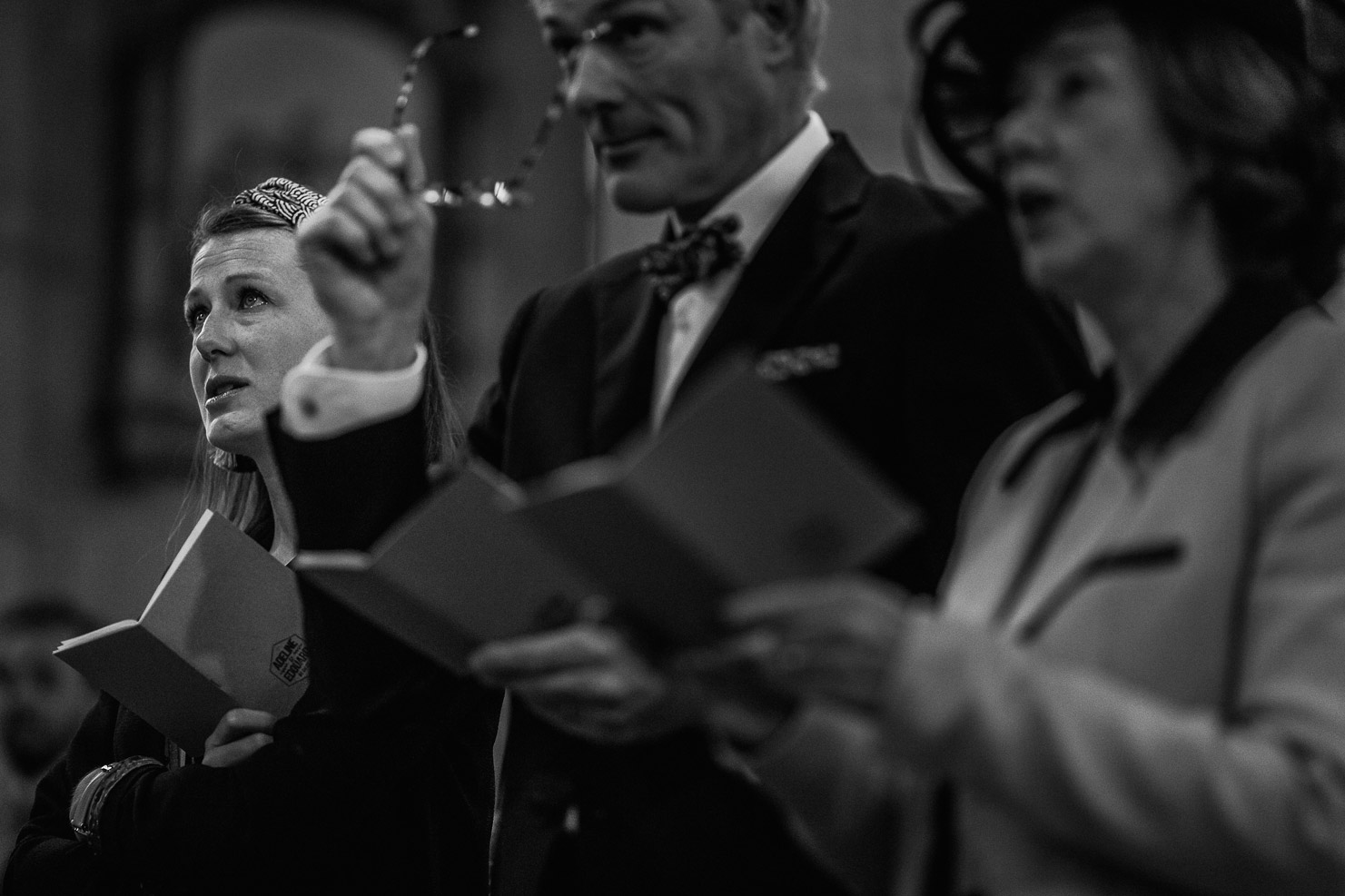 Reportage photo de mariage à Lyon - Manoir de la Garde. Emotion de la soeur du marié
