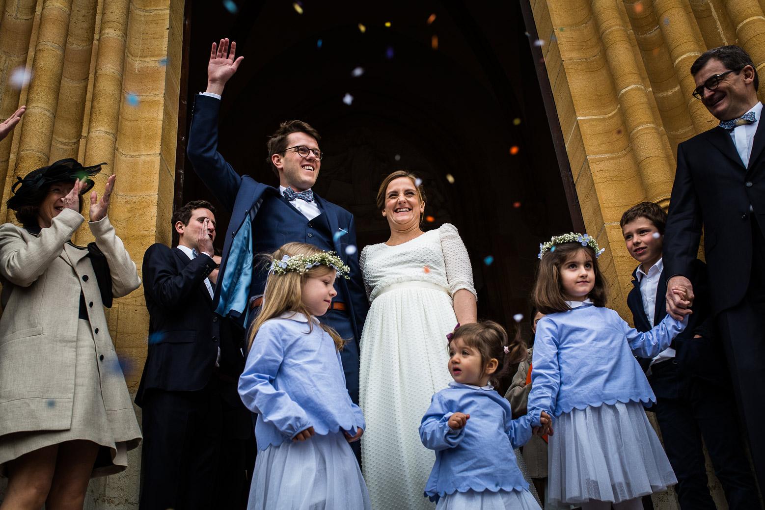 Reportage photo de mariage à Lyon - Manoir de la Garde. Sortie de l'église des mariés