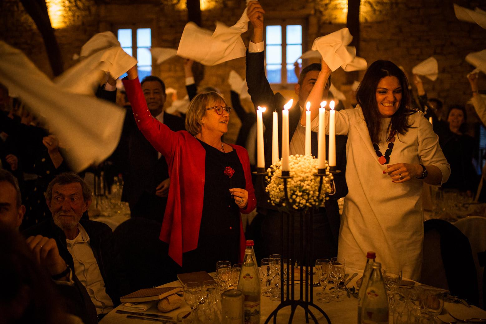 Reportage photo de mariage à Lyon - Manoir de la Garde. L'entrée des mariés, les invités font tourner les serviettes