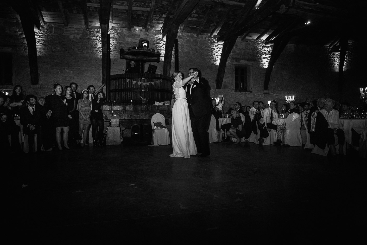 Reportage photo de mariage à Lyon - Manoir de la Garde. La mariée danse avec son papa