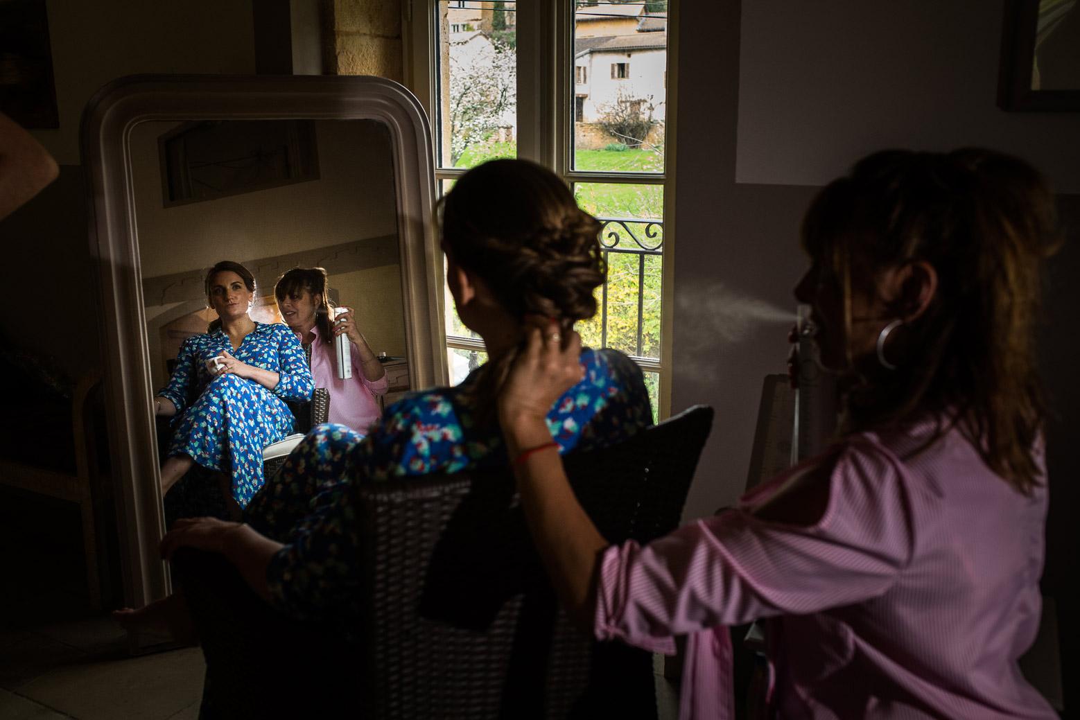 Reportage photo de mariage à Lyon - Manoir de la Garde. Coiffure de la mariée préparatifs