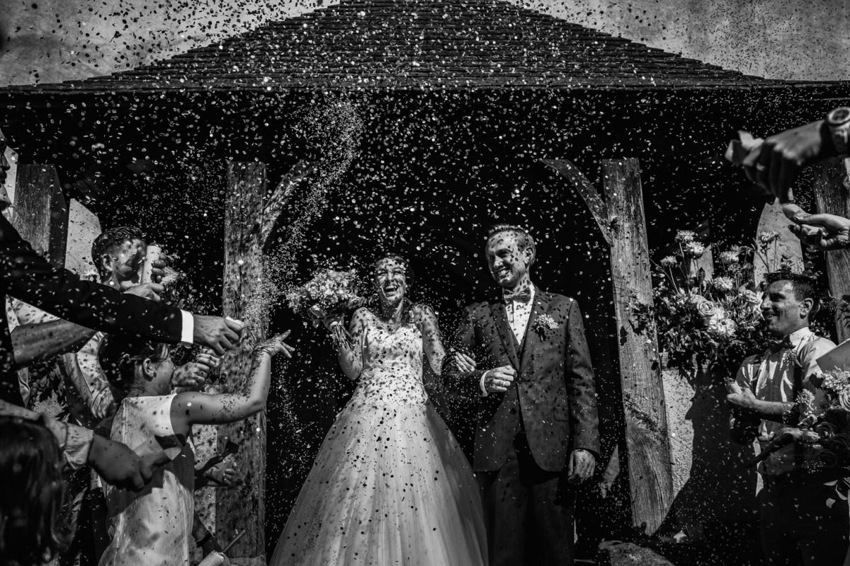 Meilleures photographies de mariage du photographe de mariage David Pommier. Photographe de mariage au château de Beauvoir - Angéline & Matthieu Sortie de l'église des mariés sous les confettis