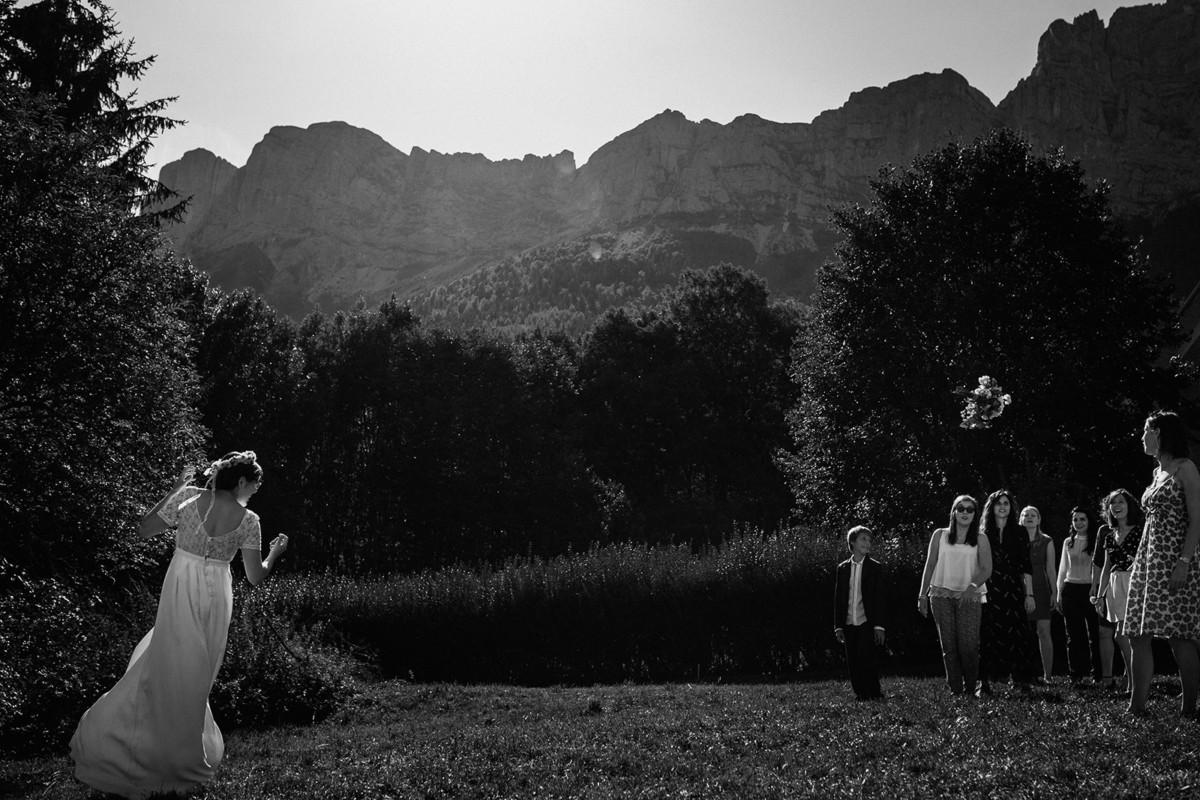 Meilleures photographies de mariage du photographe de mariage David Pommier. Grenoble. Galerie de photo de mariage David Pommier. Mariage à la montagne. Lancer du bouquet à Grenoble