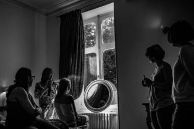 Les préparatifs de la mariée. Avec qui? David Pommier Photographe de mariage au château le Sallay dans la Nièvre