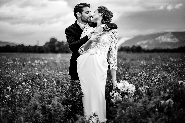 Reportage de mariage au Gîte la Batie en Drôme provençale. Les photos de couple pour ceux qui n'aiment pas poser