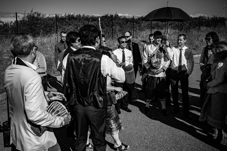 Le marié arrive pour la négociation au mariage lao