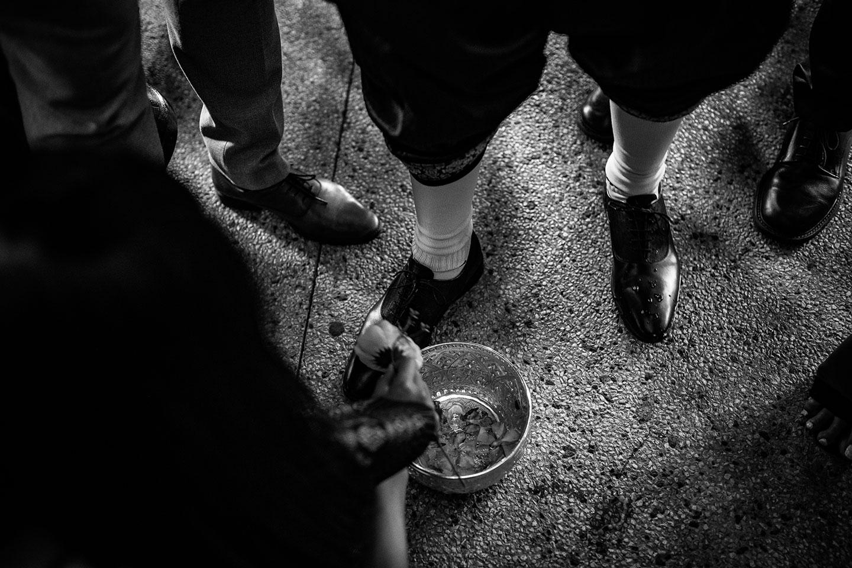 Le marié se fait laver les pieds pour les purifier