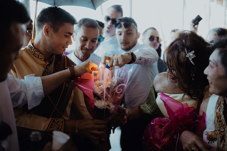 Allumage du bouquet de bougies pour la cérémonie laotienne