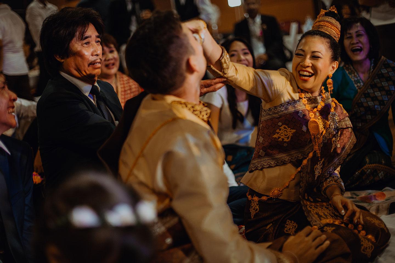 Les mariés respectent le khouane à la cérémonie lao