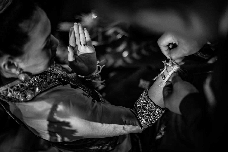 Les fils de coton durant la cérémonie laotienne selon la tradition khouane