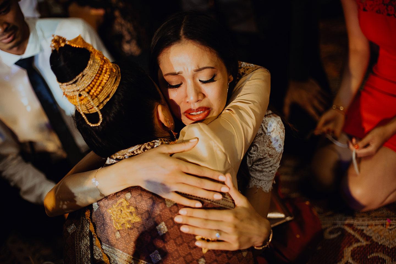 Les larmes durant les voeux de la cérémonie de mariage laotien