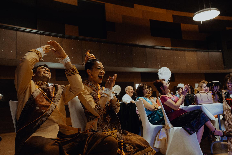 Les mariés rient aux larmes durant les jeux de la soirée de mariage