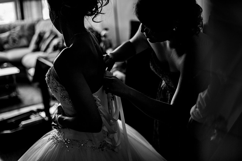 La mariée met sa robe